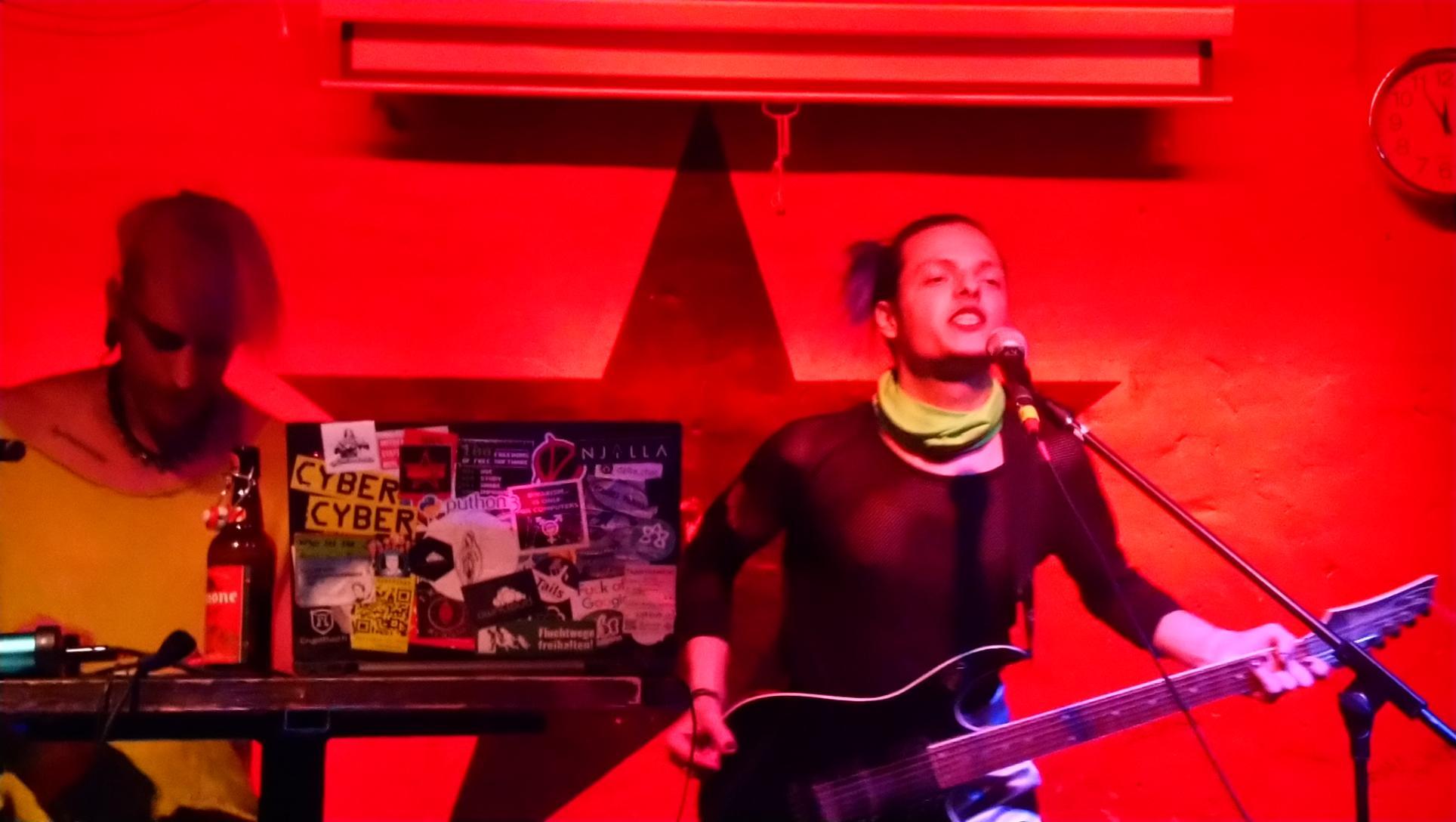 das_synthikat bei ihrem dritten Auftritt im Kunstverein - complÄxx mit E-Gitarre am Mikro, phant am Synthesizer.