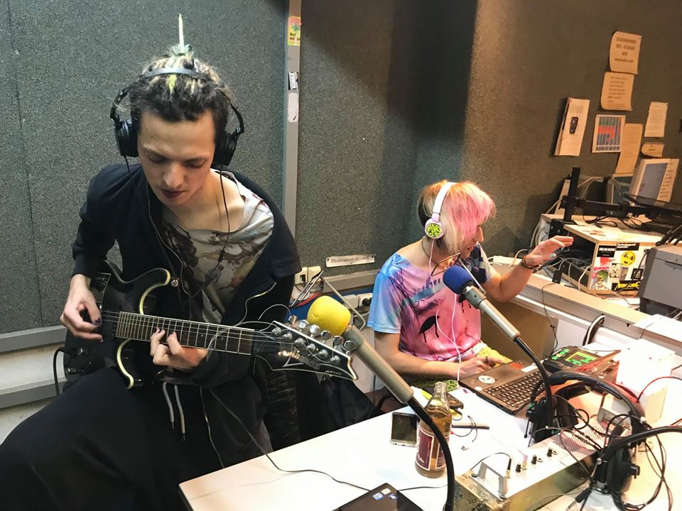 M und Phant sitzen im Studio und machen Musik.