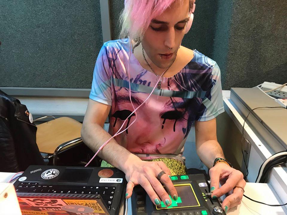 Phant sitzt im Studio und spielt auf seinem Synthesizer.