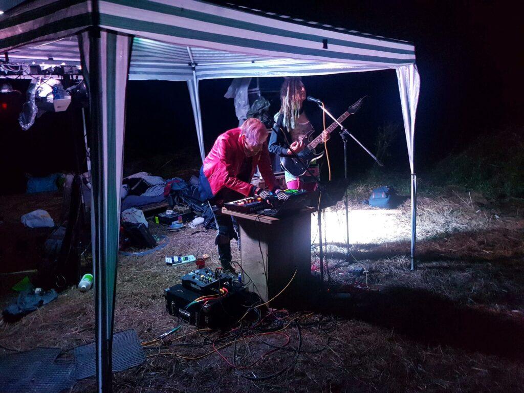 Nami an der Gitarre & am Mikro & ph4nt. am Synthie beim Alti-Auftritt